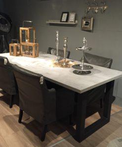 tafel - beton-mattone scuro-stalen onderstel- u-forma- Tavolo enzo