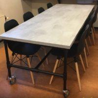 Tafel – beton look -mattone scuro – steigerbuizen onderstel – zwart- Tavolo enzo
