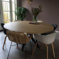 Eettafel – eiken look – Bar legno – ronde tafel – stalen spinpoot – Tavolo enzo – sfeer