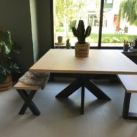 Eettafel – eiken look – Barl legno – hout – vierkant – bankje- stalen onderstel – spinpoot – Tavolo enzo – sfeer