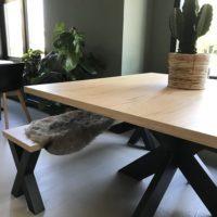 Eettafel – eiken look – Barllegno – hout – vierkant – bankje- stalen onderstel – spinpoot – Tavolo enzo – sfeer- zij aanzicht 2-planten