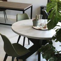 Eettafel – rond – beton look – mattone scuro – stalen spinpoot – showroom – Tavolo enzo- LR-olijf groene stoel