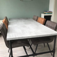 Tafel – beton look -mattone scuro – steigerbuizen onderstel – zwart- Tavolo enzo- stoelen
