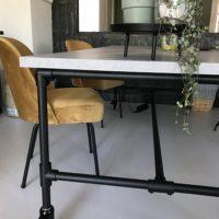 Tafel – beton look -mattone scuro – steigerbuizen onderstel – zwart- Tavolo enzo- stoelen oker geel