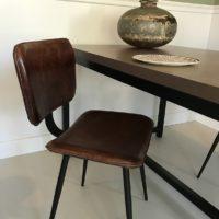 Tafel – roest metallic – stalen onderstel – koker 4- Tavolo enzo-zij aanzicht – cognac stoel