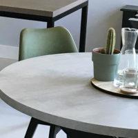 tafel – beton look- mattone scuro – ronde tafel – groene stoel – showroom – Tavolo enzo