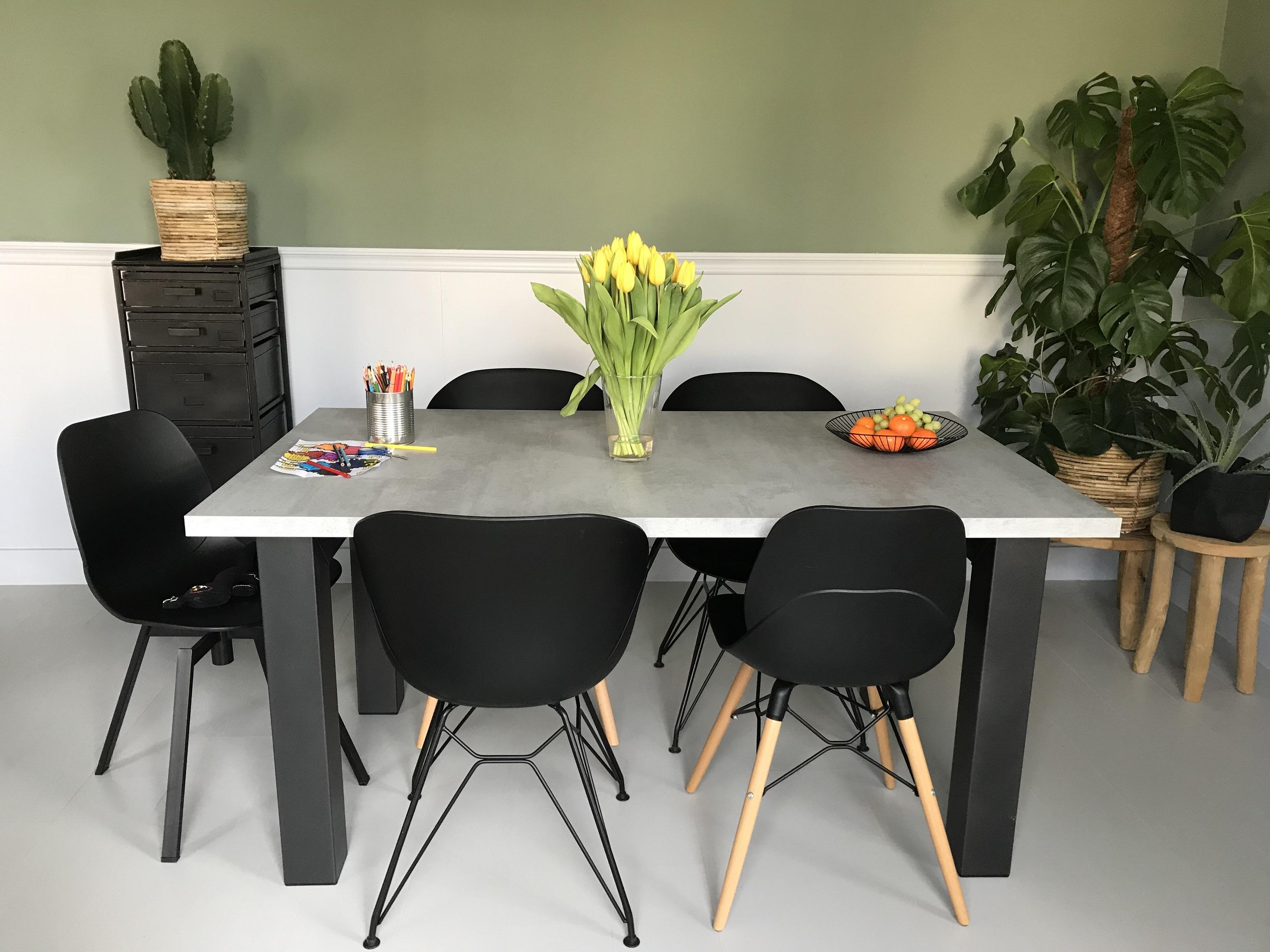 Eettafel betonlook mattone scuro met n onderstel tavolo enzo