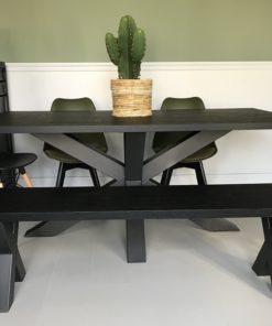 Zwart houten eettafel